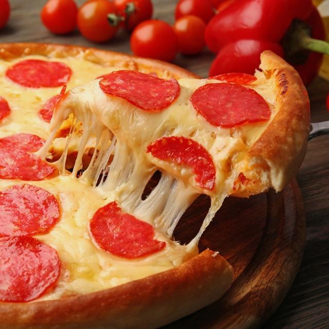 Pizzero/a . un planchista y un repartidor