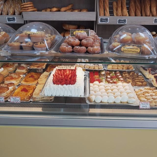 El cargo es de dependienta de pastelería panaderia