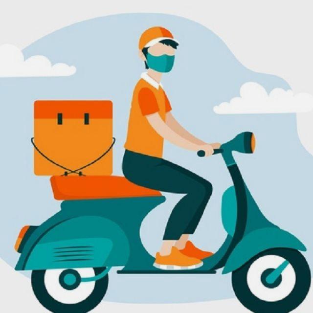 Repartidor con moto de empresa