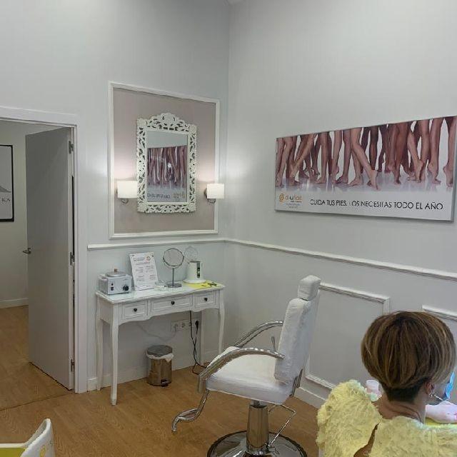 Técnico esteticista especialista en manicura pedicura y uñas de gel